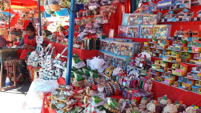 Étalage d'Alasitas au marché de Sucre, Bolivie