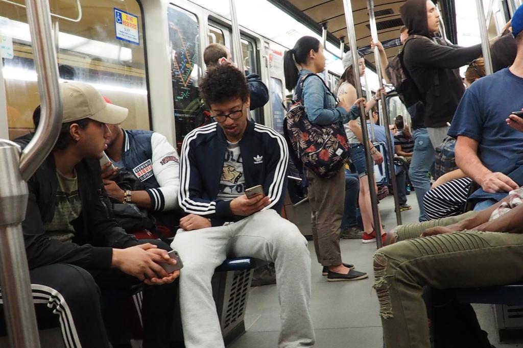 Dans le métro montréalais